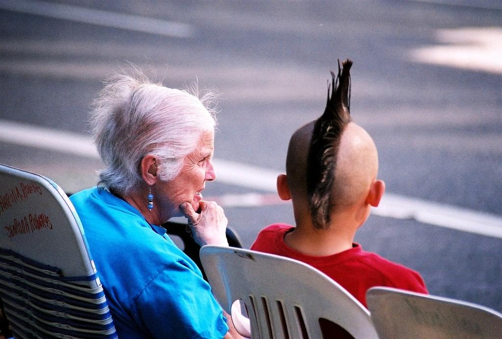 Vì sao chúng ta xa cách với những người già?