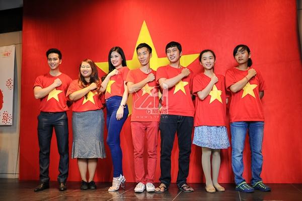 Tiếp nối Hà Nội, giới trẻ Sài Gòn háo hức tham gia chụp ảnh với cờ Tổ Quốc