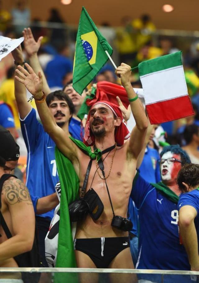 """Bộ đồ """"mát mẻ"""" của một cổ động viên trong trận đấu nước chủ nhà Brazil gặp Italy tại bảng D trên sân Arena Amazonia (Manaus)."""