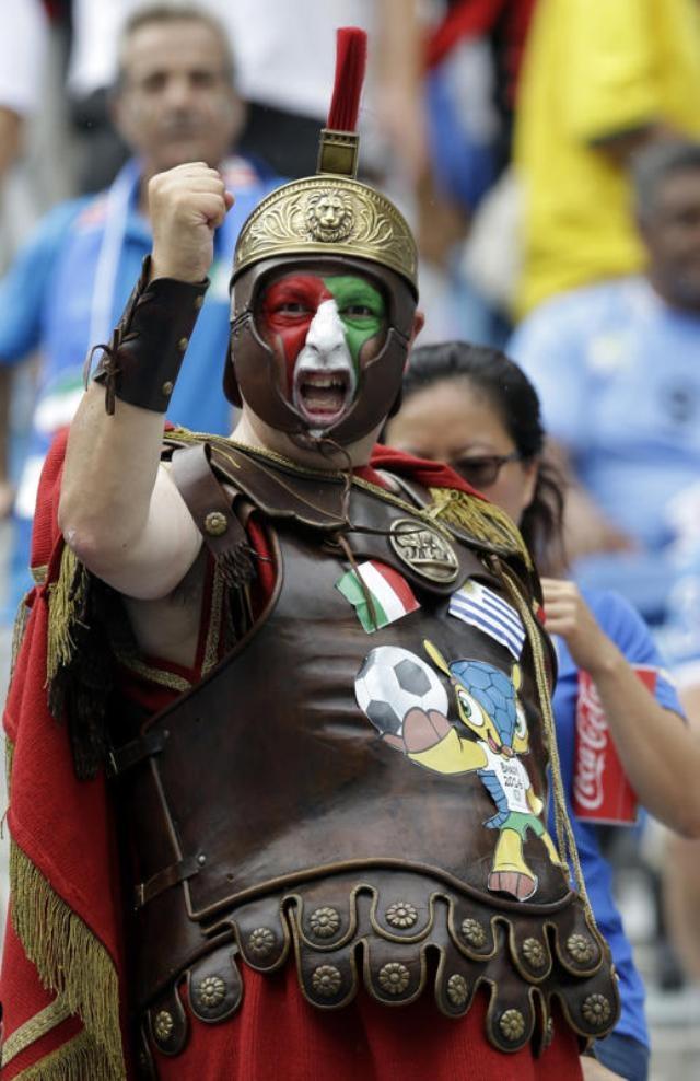 """""""Chiến binh cổ đại thành Roma"""" cũng đến cổ vũ cầu thủ Italy """"chiến đấu"""" với các chân sút của tuyển Uruguay tại sân Arena das Dunas (Natal)."""