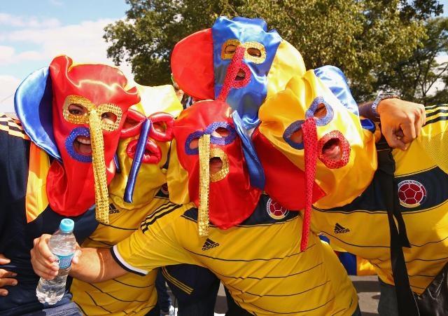 """Những """"chú voi"""" nhiều màu sắc của cổ động viên Colombia ở Belo Horizonte."""