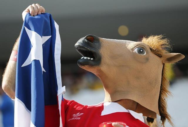 """Trên """"chảo lửa"""" Arena Corinthians (Sao Paulo), người hâm mộ đeo mặt nạ ngựa cổ vũ Chile trong trận vòng bảng B gặp Hà Lan"""