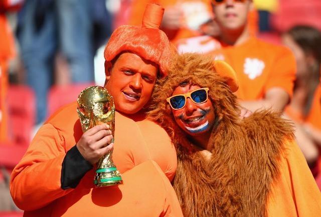 """""""Cơn lốc"""" màu da cam quen thuộc của fan bóng đá Hà Lan."""