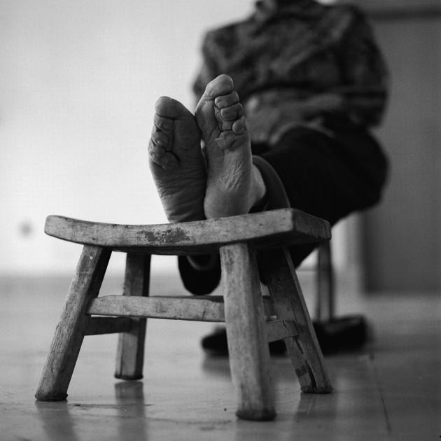 """Sự thật về """"ba tấc sen vàng"""" và bộ ảnh về những người phụ nữ bó chân còn sót lại"""