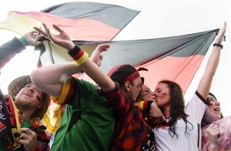 Màn hôn tập thể của các CĐV ĐT Đức, đối thủ của Pháp ở trận tứ kết, người Đức với niềm hy vọng giành chức vô địch tại World Cup 2014 trên đất Brazil.