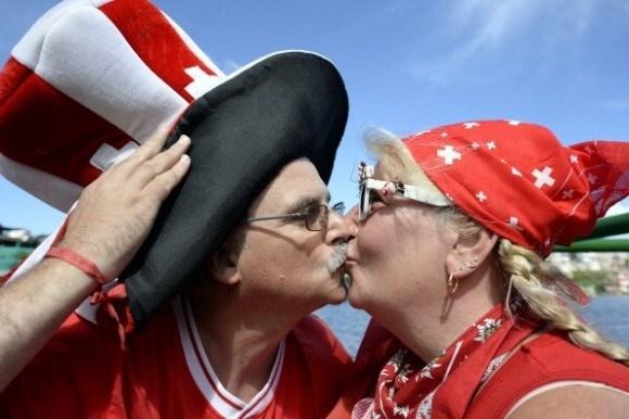 """Màn """"khóa môi"""" tình cảm của cặp đôi CĐV Thụy Sỹ"""