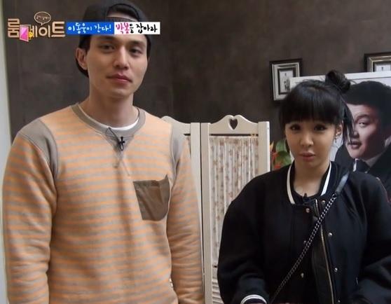 | Lee Dong Wook và Park Bom trong chương trình Roommate