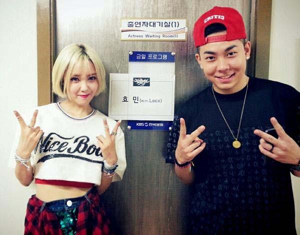 """Hyomin tạo dáng """"xì tin"""" cùng Loco trong hậu trường Music Bank"""