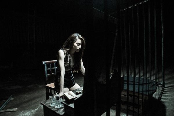 """Hồ Ngọc Hàchia sẻ: """"Đôi lúc người phụ nữ phải đứng lên để đấu tranh, phải thể hiện bản chất mạnh mẽ của chính mình. Khán giả có thể thấy đây sẽ là một MV mới, hoàn toàn khác với các MV trước của Hà cả về nội dung và hình ảnh.Đây là một trong những cố gắng của Hà và cả ê kíp để luôn làm khán giả cảm thấy thú vị với những sản phẩm âm nhạc của Hà."""" - Tin sao Viet - Tin tuc sao Viet - Scandal sao Viet - Tin tuc cua Sao - Tin cua Sao"""