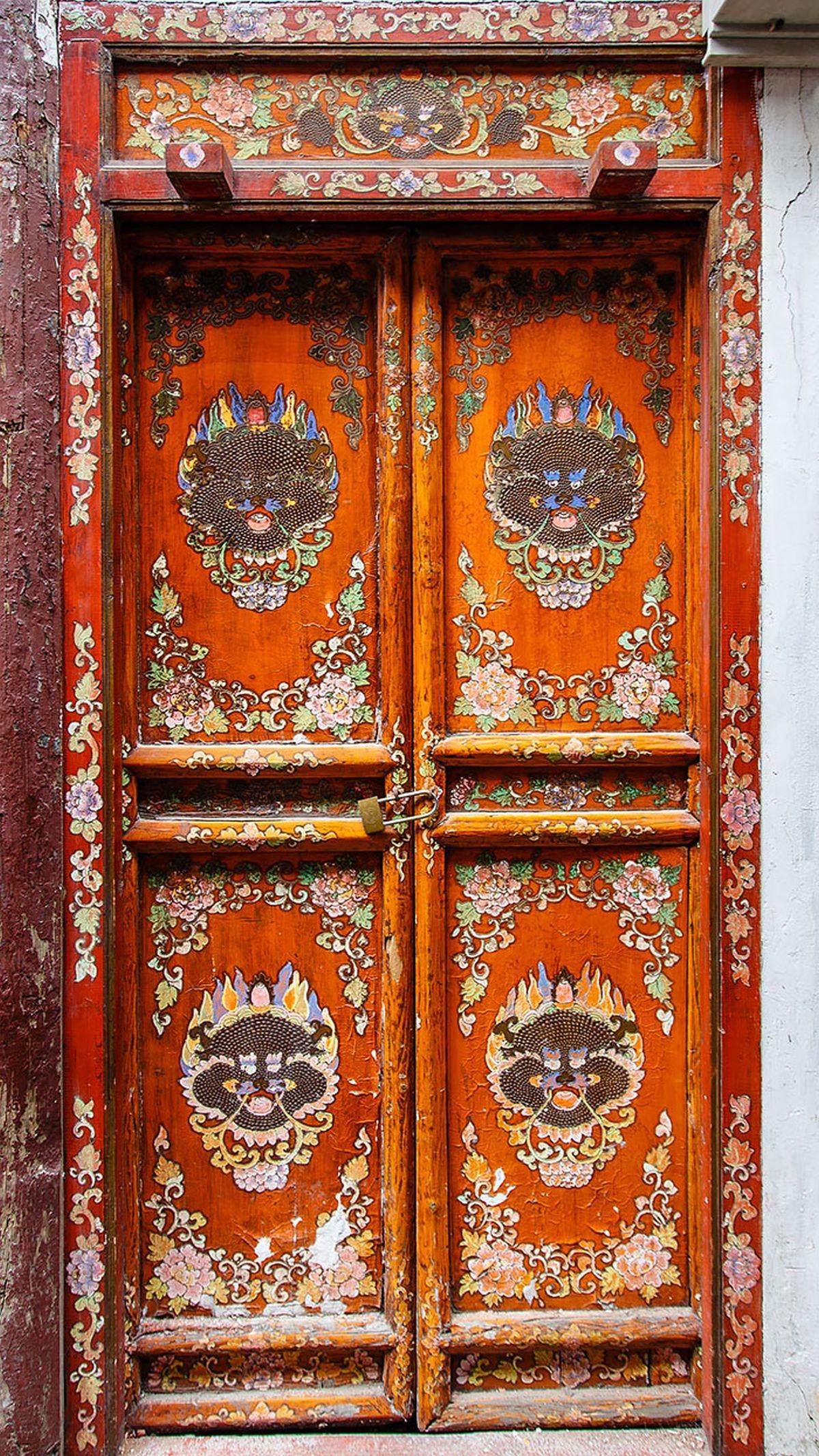 Cánh cửa với họa tiết mang đậm phong cách Trung Hoa