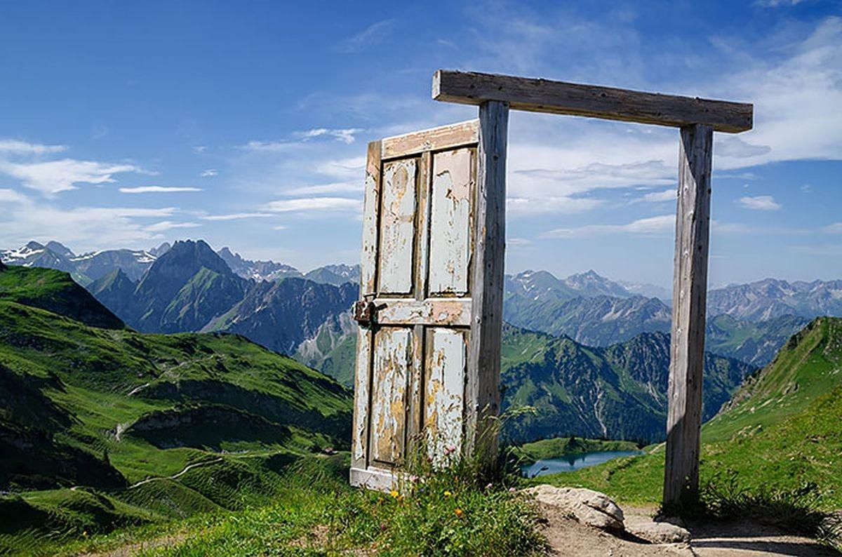 Một cánh cửa khá kì lạ tại Đức, bước qua cánh cửa này, một khung cảnh thiên nhiên hùng vĩ hiện ra trước mắt