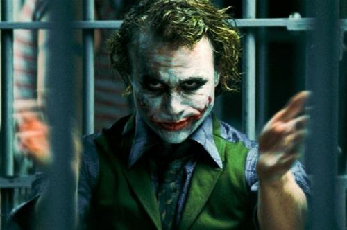 Heath Ledger trong vai Joker - vai diễn mang về cho anh giải thưởng Oscar Nam diễn viên phụ xuất sắc, một năm sau khi Heath mất.