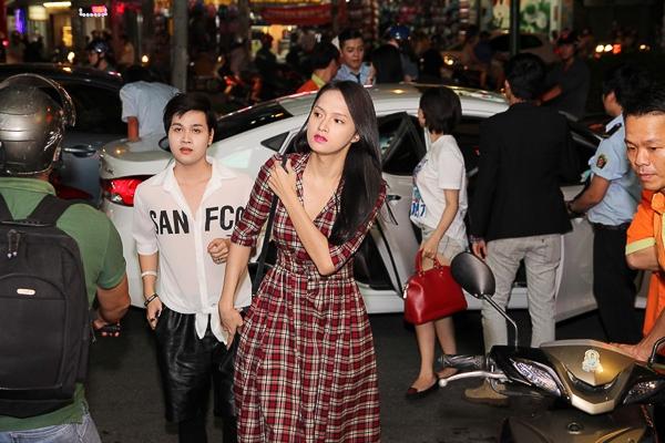 Hương Giang ăn mặc giản dị xuất hiện tại sự kiện tối qua - Tin sao Viet - Tin tuc sao Viet - Scandal sao Viet - Tin tuc cua Sao - Tin cua Sao