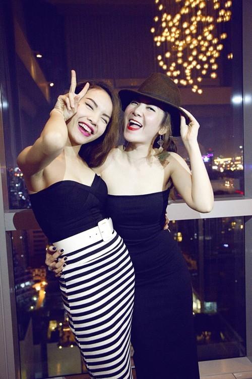 Yến Trang được khán giả biết đến từ lúc còn là thành viên trong nhóm nhạc Mây Trắng. Để giúp đỡ cô em Yến Nhi, Yến Trang đã giúp em mình có cơ hội đúng chung trong các nhóm nhạc như Mây Trắng, Ngũ Long Công Chúa, Song Yến. Tuy có nhiều cơ hội và tuổi nghề gần như nhau nhưng Yến Trang đã đạt được nhiều thành tựu trong showbiz còn cô em Yến Nhi vẫn còn khá lận đận trong sự nghiệp riêng.