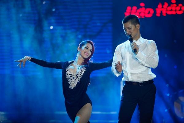 """""""Chuyện một tình yêu"""" với phần minh họa của Khánh Thi và vũ công Phan Hiển. Nữ kiện tướng dancesport khá sexy với những động tác vũ đạo đầy tình tứ cùng Đức Tuấn"""