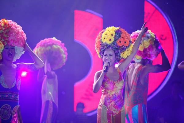 Đức Tuấn mở đầu phần nhạc kịch với ca khúc I will surive trích từ vở nhạc kịch nổi tiếng Priscilla: Queen of the desert, song ca cùng với nữ ca sỹ Uyên Linh.
