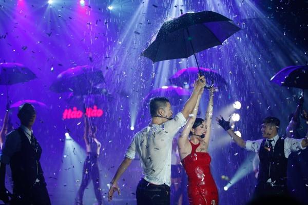 Để dàn dựng tiết mục này, chương trình đã đưa lên sân khấu một mái lá dừa và cho nước chảy từ trên tầng sân khấu xuống, tạo nên một cơn mưa thật sự trên sân khấu.