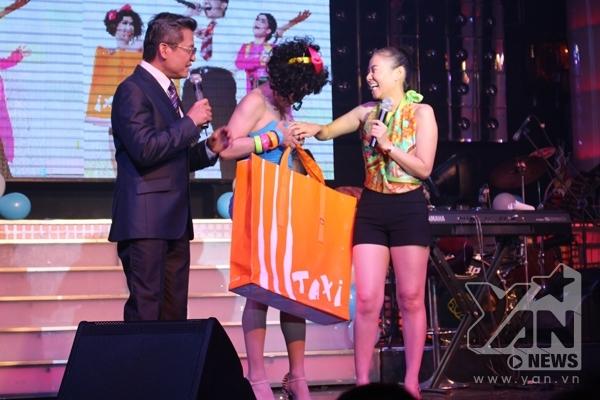 """Thu Minh liên tục lấy tay chạm vào vòng 1 """"khủng"""" của Minh Thuận. Nữ ca sĩ có vẻ trông khá là thích thú."""
