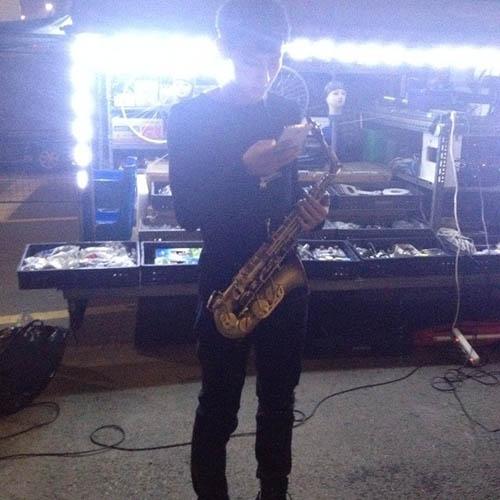 Tao khoe hình đang tập tành thổi saxophone