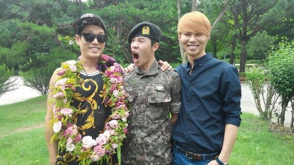 Changmin khoe hình đón Lee Hyun xuất ngũ