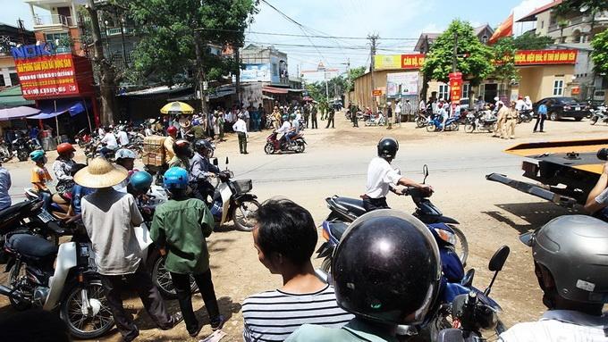 Đông đảo người dân tập trung tại đoạn đường khu vực ngã 3 Hòa Lạc - Thạch Thất để theo dõi tin tức về vụ rơi máy bay - Ảnh: Nguyễn Khánh