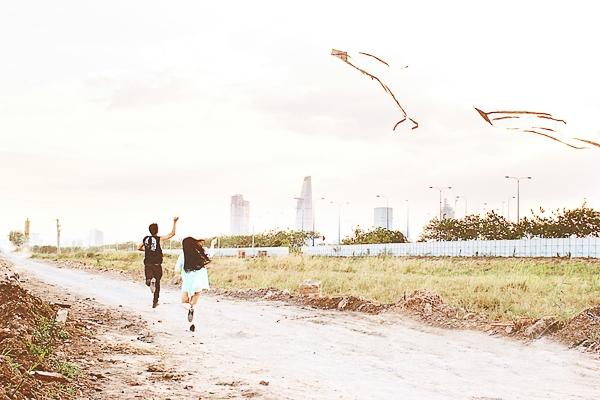 Địa điểm quay là một khu vực khá hoang sơ ở quận 2 với nhiều bụi rậm, cỏ dại, nhiều muỗi, không có chỗ nghỉ ngơi và việc make-up, thay trang phục cũng hết sức bất tiện. - Tin sao Viet - Tin tuc sao Viet - Scandal sao Viet - Tin tuc cua Sao - Tin cua Sao