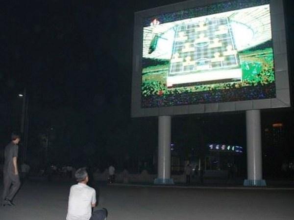 Người dân Triều Tiên xem World Cup qua màn hình lớn công cộng