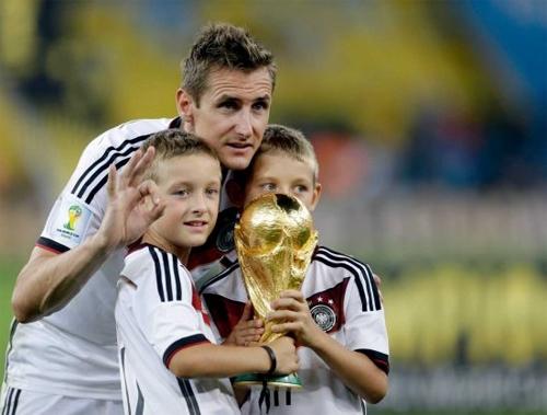 Klose chia vui cùng các con trai sau trận chung kết.