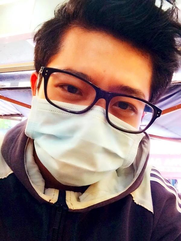 Harry Lu đeo khẩu trang kín mít khi di chuyển ra sân bay để tránh lây bệnh cho những người xung quanh.