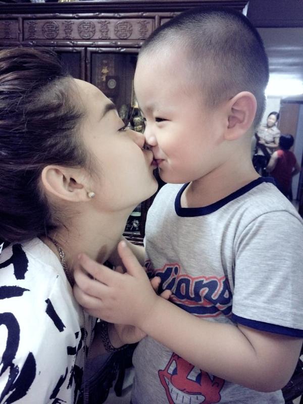"""Minh Hằng cảm thấy sung sướng khi mới vừa ngủ dậy đã được trai lạ """"cưỡng hôn""""."""