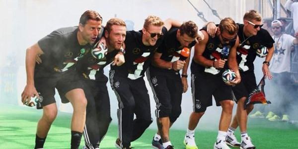 """Các chàng trai Đức tái hiện lại """" Vũ điệu Gaucho """" để chế nhạo tuyển Argentina"""