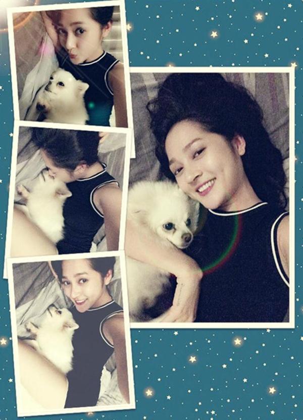 Bảo Anh hớn hở chụp ảnh cùng chú cún yêu. Cô còn dành tặng một nụ hôn nồng cháy để thể hiện tình cảm của mình nữa kìa!