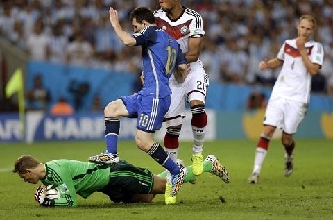Neuerthậm chí còn chuyền nhiều hơn cả Messi 2 đường chuyền.