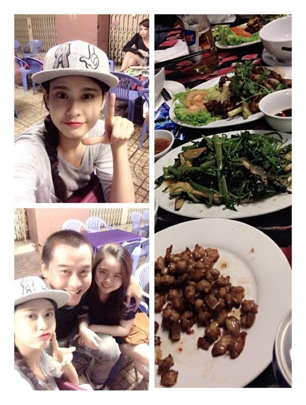 Trương Quỳnh Anh ăn mặc giản dị đi ăn ốc cùng với những người bạn. Cô nàng còn tự thú rằng tửu lượng của mình rất yếu, cô chia sẻ dù chưa uống giọt bia nào mà đã ngà ngà say rồi.