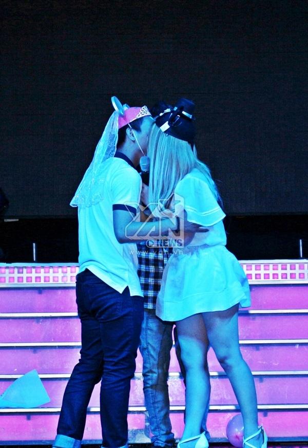 """Màn """"ép hôn"""" của cả hai khiến các fan vô cùng thích thú vỗ tay không ngừng. - Tin sao Viet - Tin tuc sao Viet - Scandal sao Viet - Tin tuc cua Sao - Tin cua Sao"""