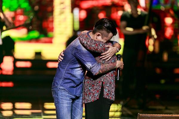 Trong một ca khúc hát về Hà Nội, Tuấn Hưng đã mời mẹ của anh lên sân khấu để giao lưu - Tin sao Viet - Tin tuc sao Viet - Scandal sao Viet - Tin tuc cua Sao - Tin cua Sao