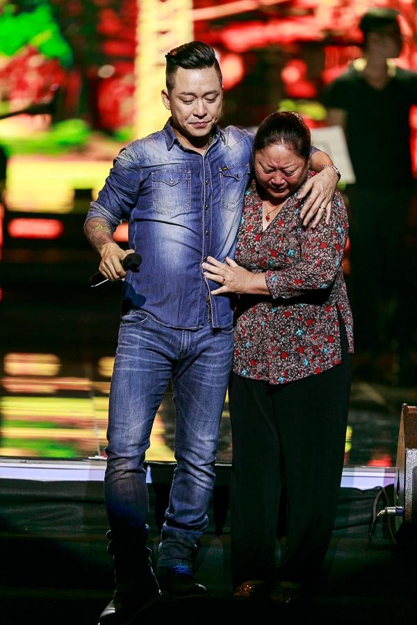 Vì quá xúc động, hai mẹ con Tuấn Hưng khóc như mưa trên sân khấu trước sự chứng kiến của hàng ngàn khán giả - Tin sao Viet - Tin tuc sao Viet - Scandal sao Viet - Tin tuc cua Sao - Tin cua Sao