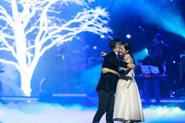 Tại liveshow này, cũng là lần đầu tiên được thưởng thức màn song ca giữa Tuấn Hưng và á quân Vietnam Idol 2010 Văn Mai Hương. - Tin sao Viet - Tin tuc sao Viet - Scandal sao Viet - Tin tuc cua Sao - Tin cua Sao