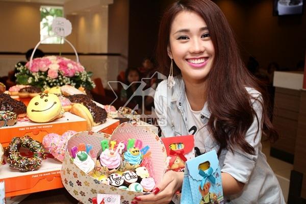 """Ngọc Thảo đã vô cùng hạnh phúc và xúc động khi nhận những món quà """"ngọt ngào"""" từ fan."""