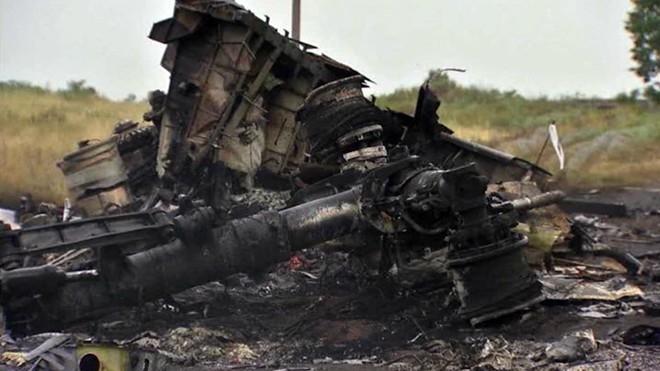 Mảnh vỡ nát vụn và cháy đen của chiếc Boeing 777 ở miền đông Ukraina.