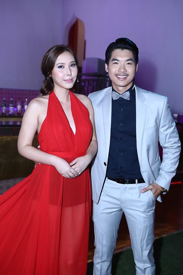 Xuất hiện trong buổi họp báo với bộ váy màu đỏ quyến rũ, nữ nghệ sĩ J.Mi thu hút khá nhiều sự quan tâm của mọi người.