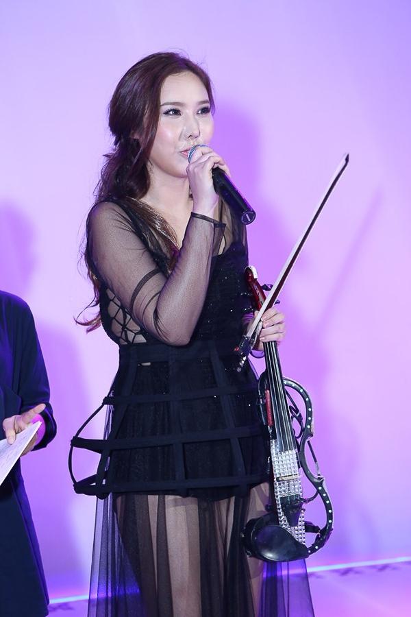 J.Mi là nghệ sĩ violin có tiếng tại Hàn Quốc, cô có một tình cảm đặc biệt với đất nước và con người Việt Nam. Sau chuyến du lịch cùng bạn bè đến nhiều điểm tại Việt Nam, trở về Seoul, cô quyết định gác hết công việc lại và bắt đầu một sự trải nghiệm tại đất nước hình chữ S này.