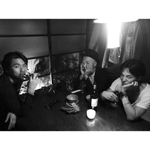 """G-Dragon """"đàm đạo"""" và nhâm nhi vài ly rượu với Taeyang và Daesung"""