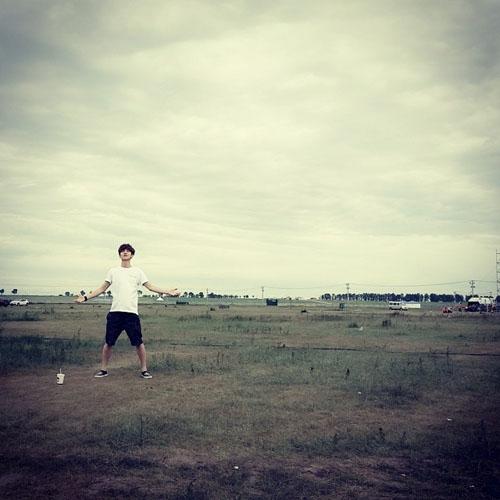 Luhan khoe hình một mình giữa đồng cỏ bao la
