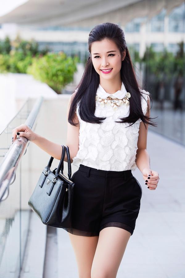 Đông Nhi chọn cho mình tông màu trắng đen, cùng kiểu tóc xõa nữ tính khi đi dạo phố ngày hè.