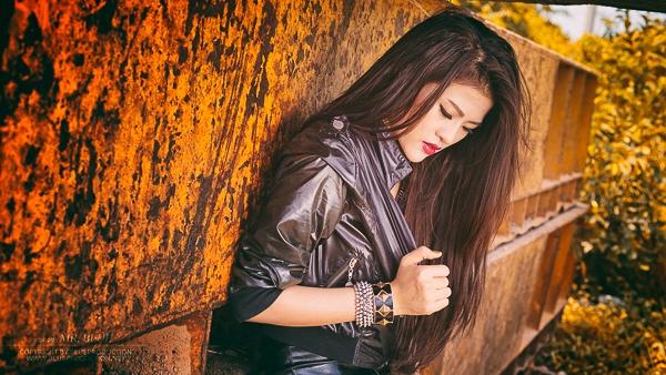 """DJ Ngọc Anh sinh năm 1990 tại Đồng Nai, cô được biết đến qua các loạt bài báo """"Cô DJ 9X kiếm tiền tỷ vươn lên từ nghèo khó"""", """"Người tình tin đồn của ca sĩ Tim"""""""