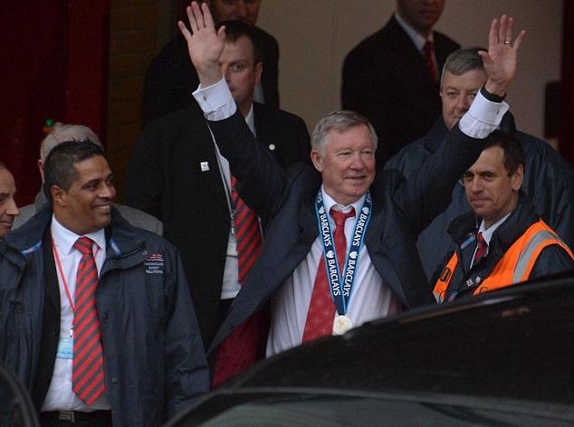 Patel (trái) đang đứng cạnh cựu HLV Alex Ferguson