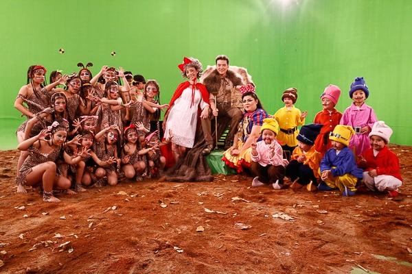 MV được thực hiện trong suốt 24 giờ và quy tụ hơn 100 diễn viên, êkip thực hiện tại phim trường. - Tin sao Viet - Tin tuc sao Viet - Scandal sao Viet - Tin tuc cua Sao - Tin cua Sao