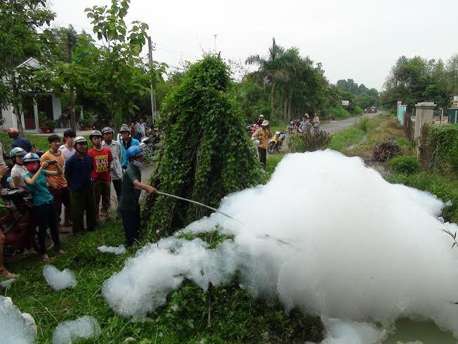 """Bọt trắng chứa chất """"kịch độc"""" xyanua tràn lan ở kênh rạch tại Tây Ninh"""
