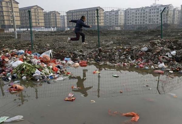 Rác thải chất đầy quanh khu vực ống thoát nước ở ngoại ô tỉnh Chiết Giang